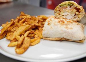 Tacos au menu avec frites et sauce gruyère